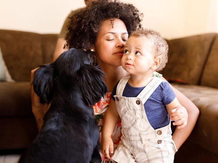Chien et bébé ensemble pour une belle photo de famille avec maman.
