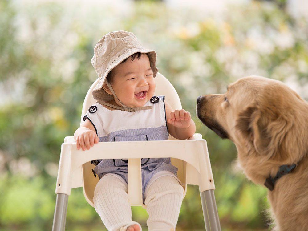 Ce bébé adore avoir son chien près de lui.