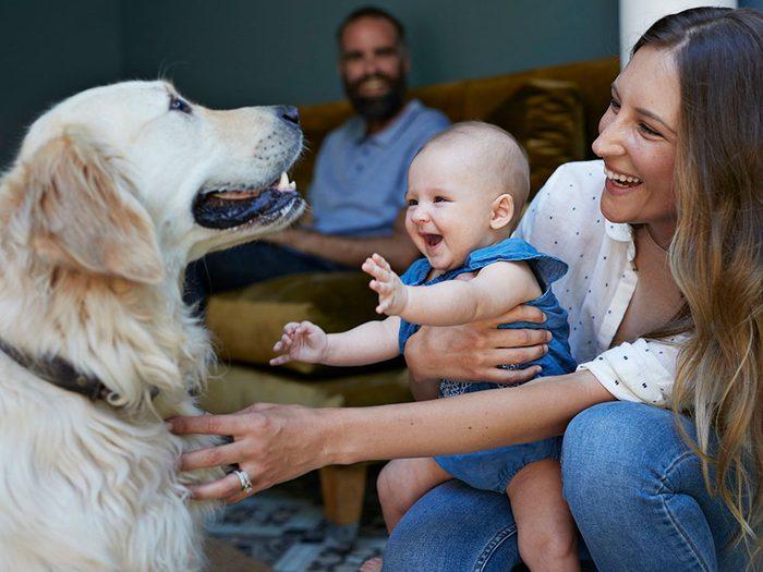 Ce bébé est si content de retrouver son chien.