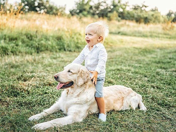 Ce bébé semble si heureux sur le dos de son chien.