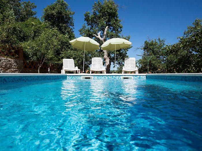 Ne pas essuyer les surfaces communes de la piscine est l'une des erreur que vous allez commettre pendant le déconfinement.