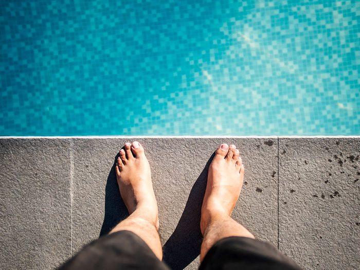 Croire que l'on ne peut pas contracter le virus en nageant est l'une des erreur que vous allez commettre pendant le déconfinement.