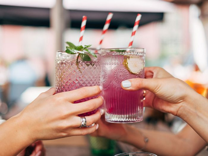 Boire de l'alcool peut être l'une des causes de votre déshydratation.