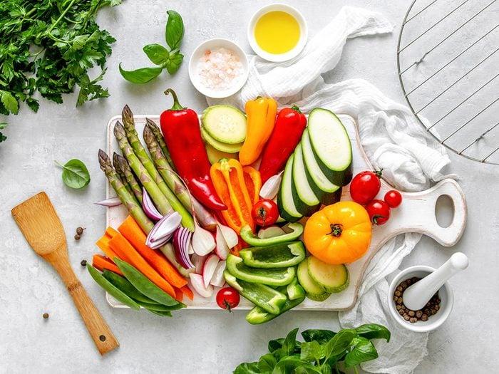 Ne pas avoir une alimentation équilibrée peut être l'une des causes de votre déshydratation.