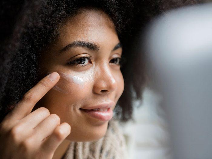Ne pas prendre soin de sa peau peut être l'une des causes de votre déshydratation.
