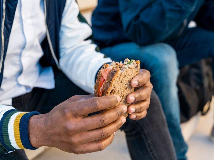 Manger un sandwich quotidiennement peut être l'une des causes de votre déshydratation.
