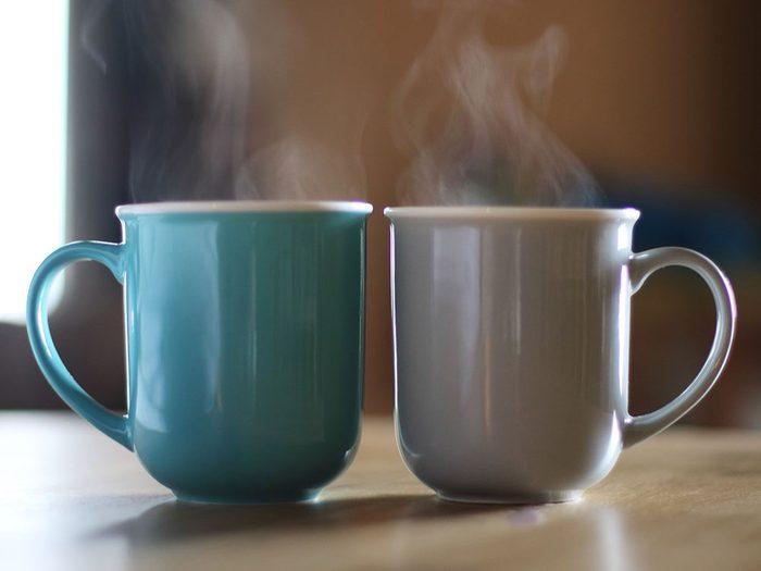 Boire des boissons contenant de la caféine peut être l'une des causes de votre déshydratation.
