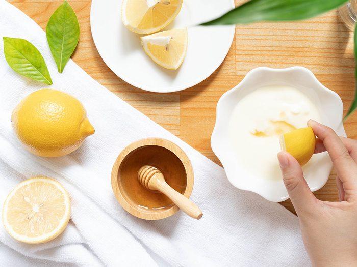Un masque visage maison au citron.