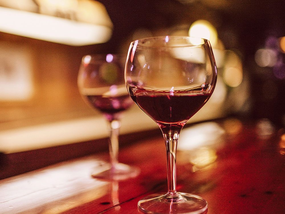 Vous restez pour deux verres, ce qui ralentit votre métabolisme.