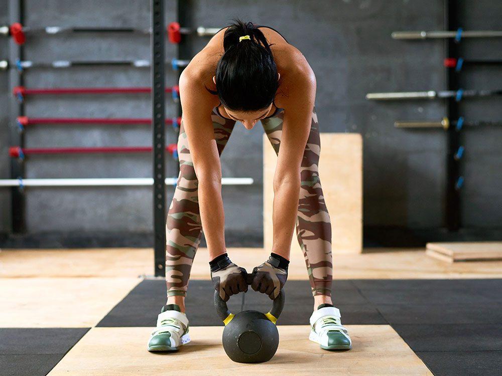Vous soulevez vos haltères trop rapidement, ce qui ralentit votre métabolisme.