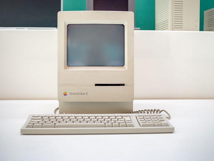 Les ordinateurs Macintosh et Apple 1 sont des objets vintages.