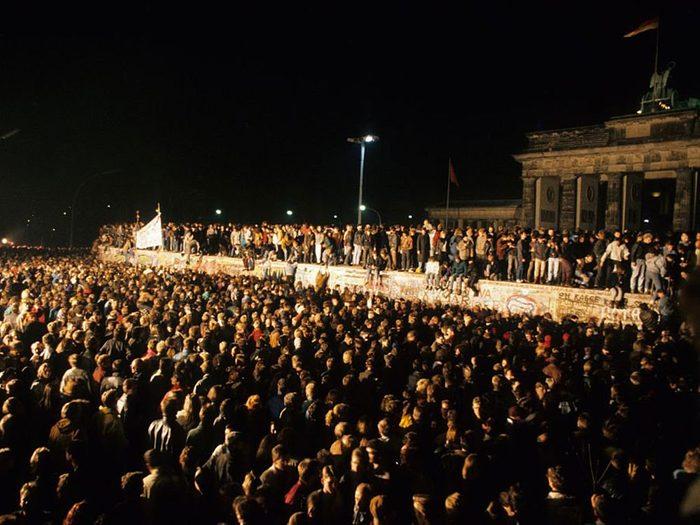 Une photo d'époque de la chute du mur de Berlin en 1989.