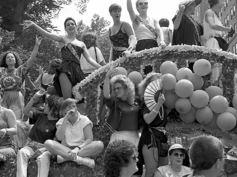 Une photo d'époque du défilé de la fierté gaie.