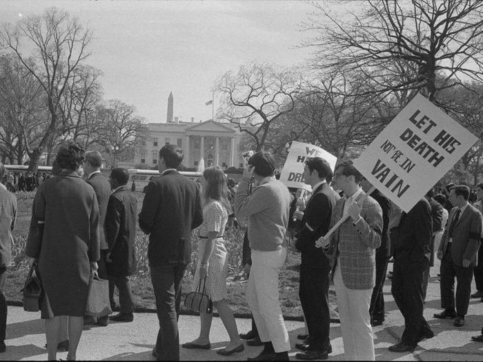 Une photo d'époque d'une vague d'indignation à la suite de la mort de Martin Luther King.