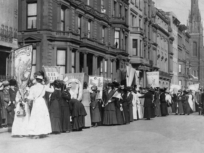 Une photo d'époque d'un défilé du mouvement pour le droit de vote des femmes.
