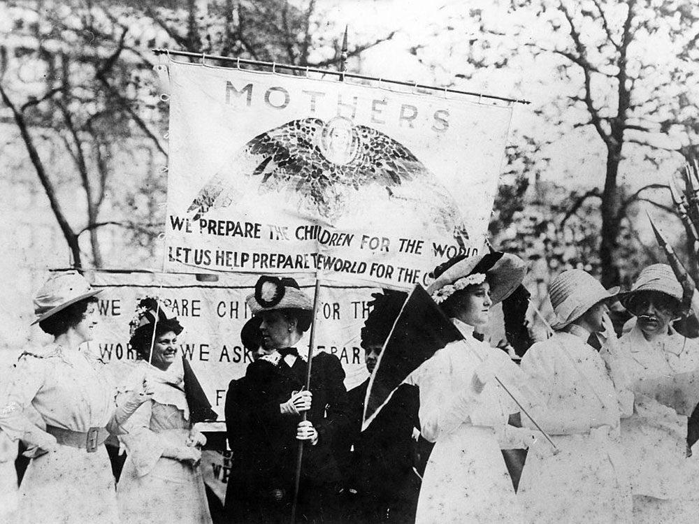 Une photo d'époque d'une marche pour le droit de vote des femmes.