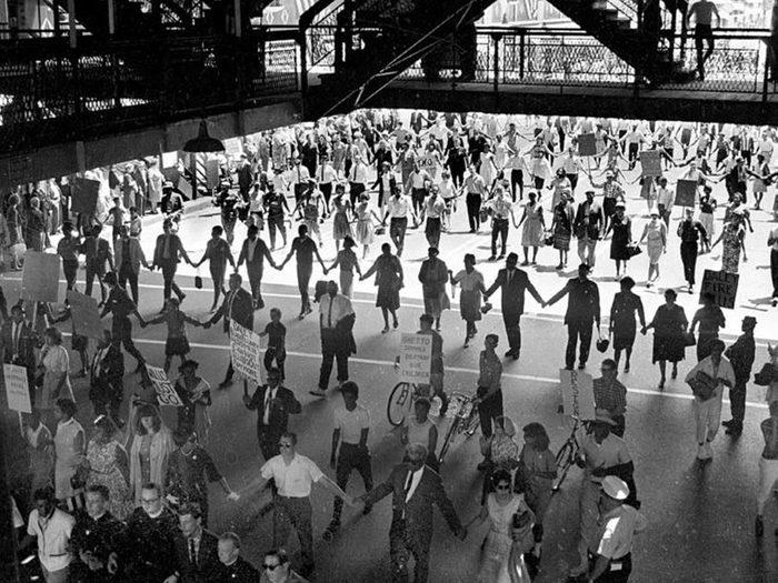 Des photos d'époque illustrant la solidarité.