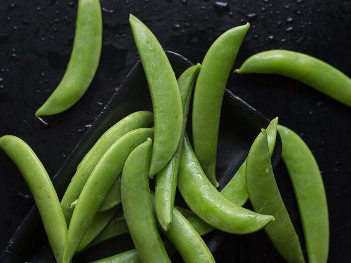 Les petits pois font partie des légumes qui poussent en un temps record dans le potager!