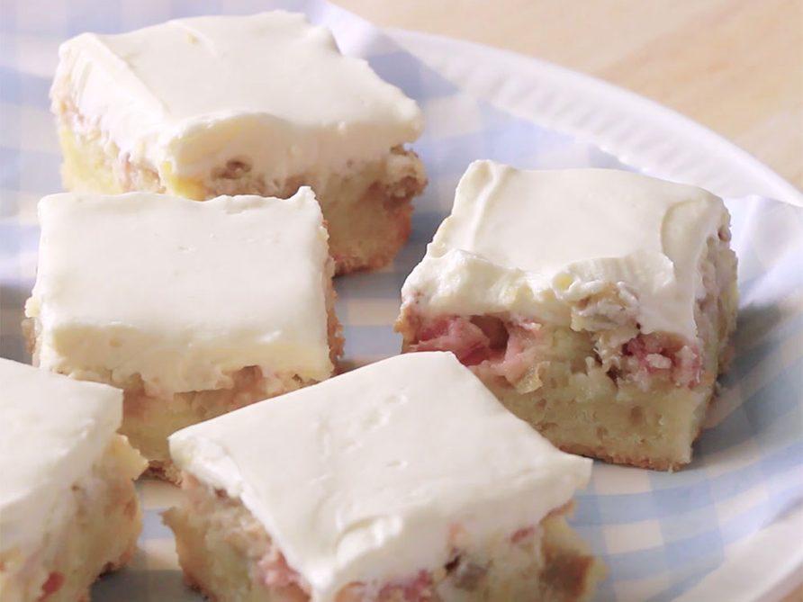 Barres de crème pâtissière à la rhubarbe.