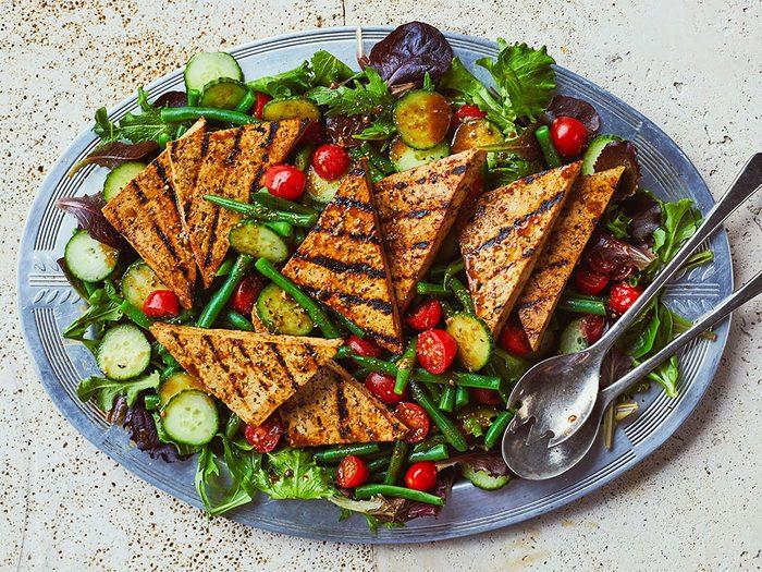 Recette: salade d'été au tofu grillé.