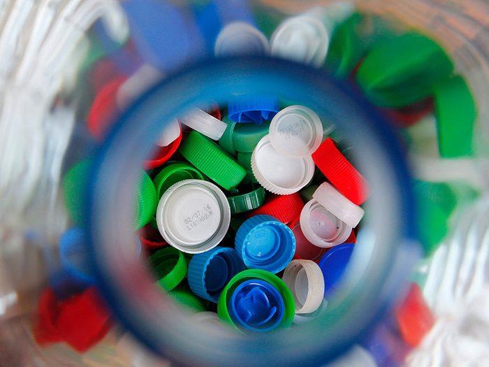 Les bouchons de bouteilles sont réutilisables.