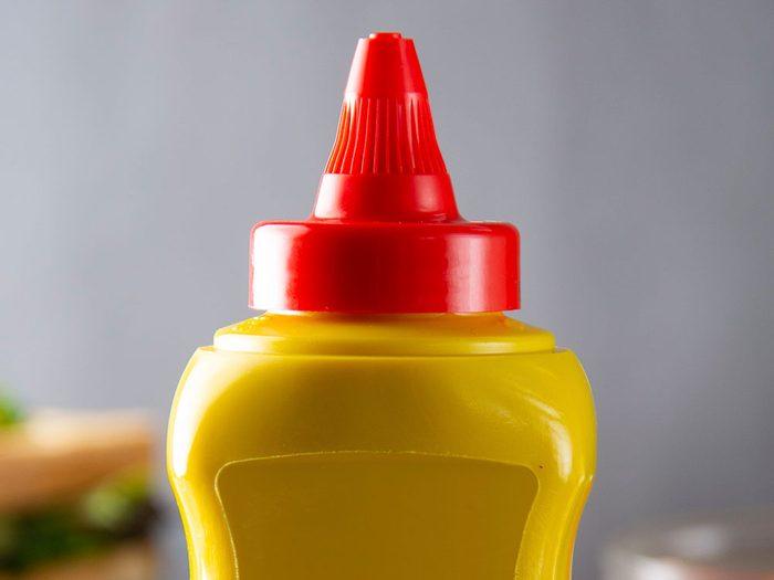Les bouteilles à condiment sont réutilisables.