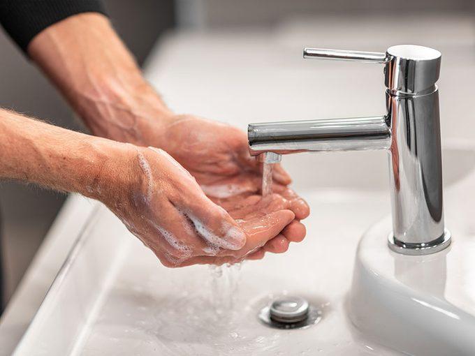 Mieux vaut-il un savon antibactérien ou un savon ordinaire?
