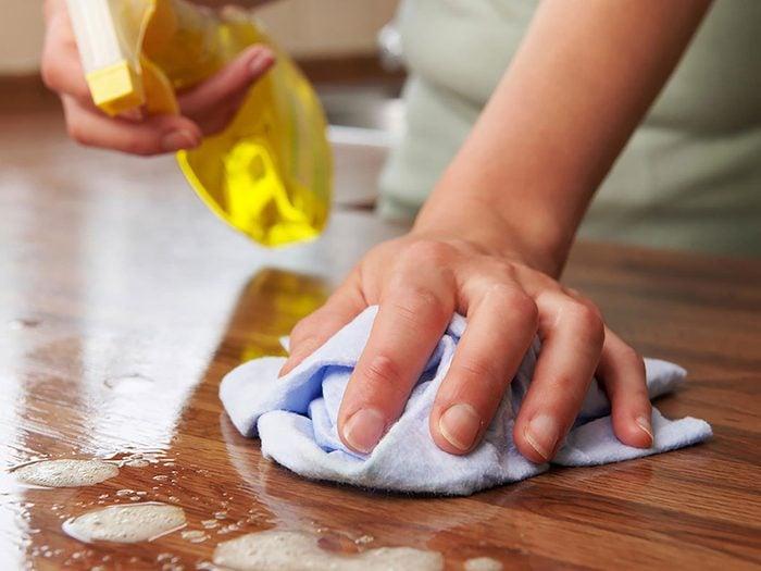 Garder sa maison aussi propre que possible pour se débarrasser des fourmis.