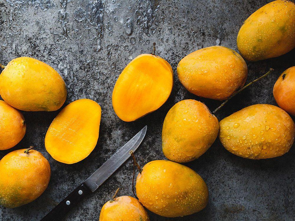 La mangue fait partie des superaliments d'été pour les hommes.