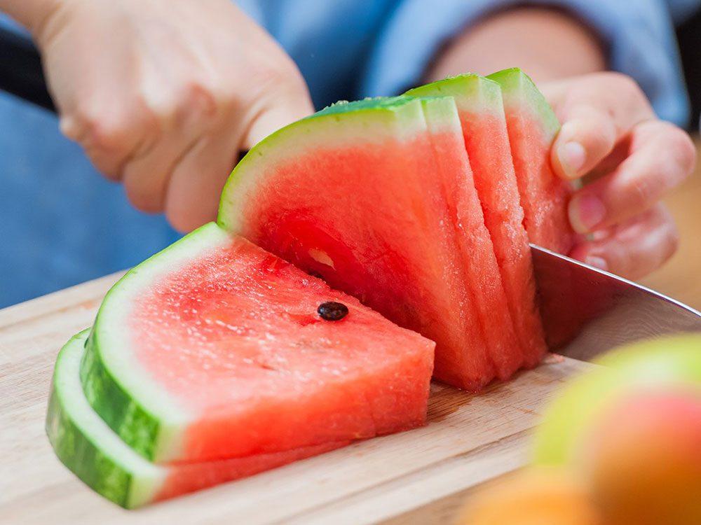 La pastèque fait partie des superaliments d'été pour les hommes.