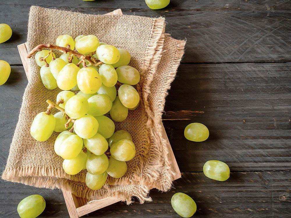 Les raisins font partie des superaliments d'été pour les hommes.