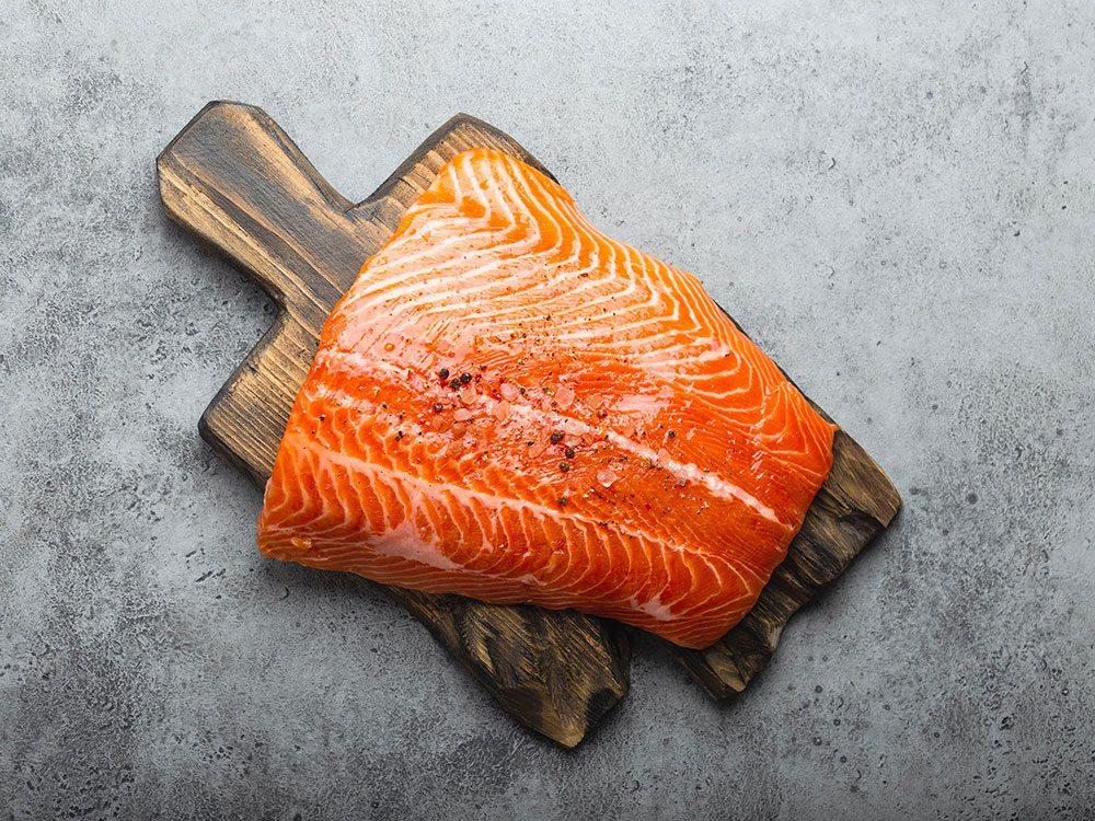 Le saumon fait partie des superaliments d'été pour les hommes.