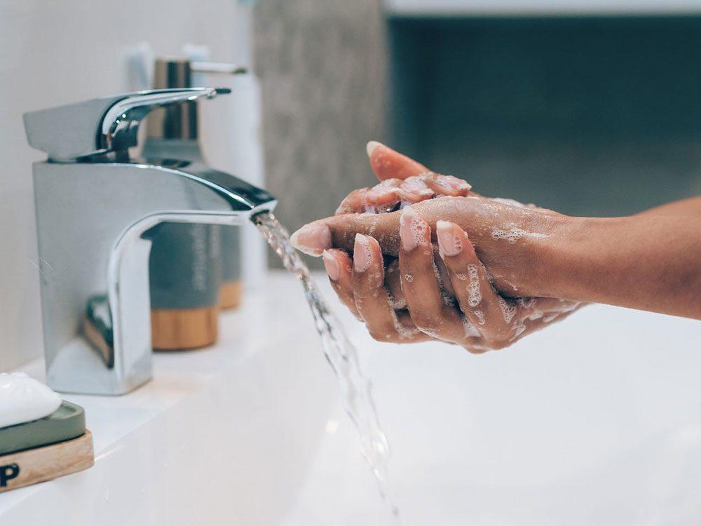 Lavez-vous les mains pour éviter la transmission de virus.