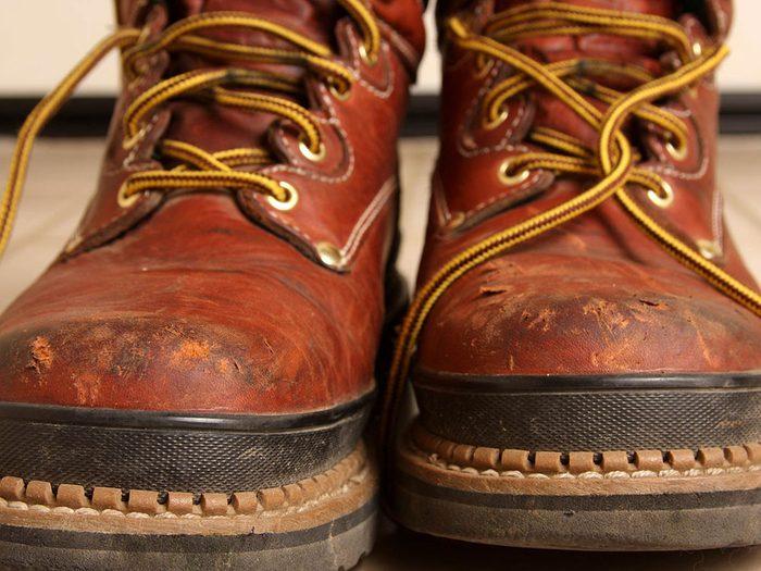 Utilisations du dentifrice: enlever les éraflures sur les chaussures.