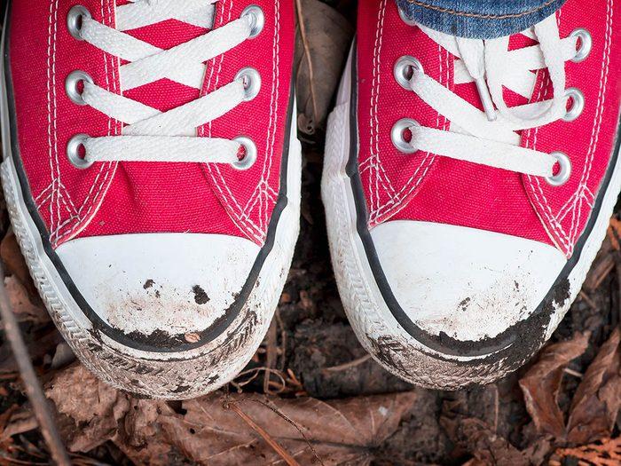 Utilisations du dentifrice: nettoyer les chaussures de sport.