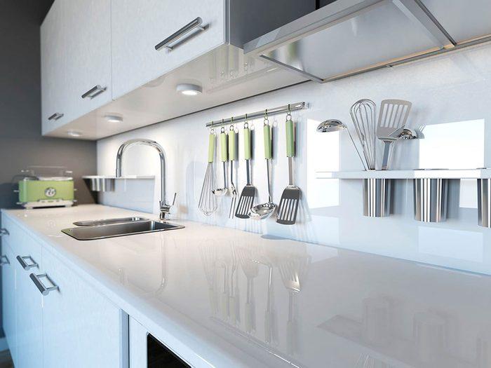 Utilisations du dentifrice: faire briller les chromes de la salle de bains et de la cuisine.