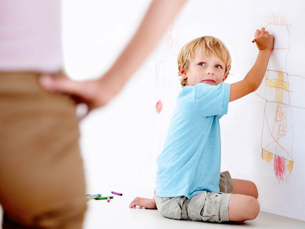 Utilisations du dentifrice: effacer le crayon sur les murs.