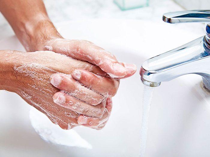 Utilisations du dentifrice: désodoriser les mains.
