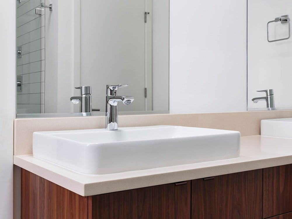 Utilisations du dentifrice: empêcher la buée sur le miroir de la salle de bains.
