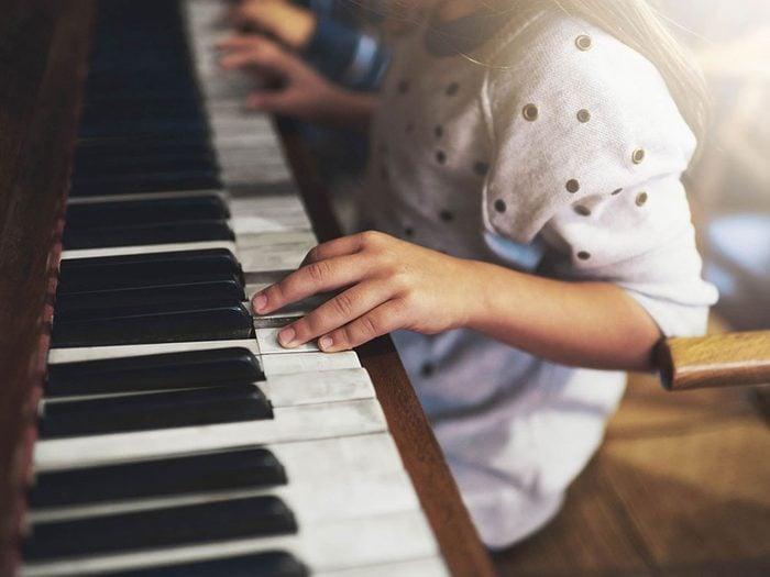 Utilisations du dentifrice: nettoyer les touches du piano.