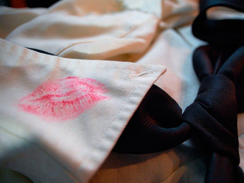 Utilisations du dentifrice: enlever les taches d'encre ou de rouge à lèvres sur un tissu.