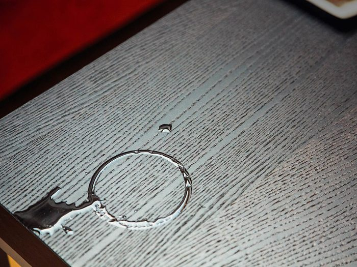 Utilisations du dentifrice: ôter les marques d'eau sur le mobilier.
