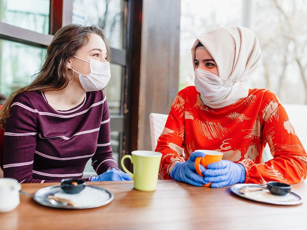 Porter un masque (efficace) quand on va visiter ses amis.
