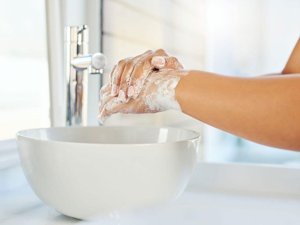 Lavez-vous les mains fréquemment lorsque vous allez visiter vos amis.
