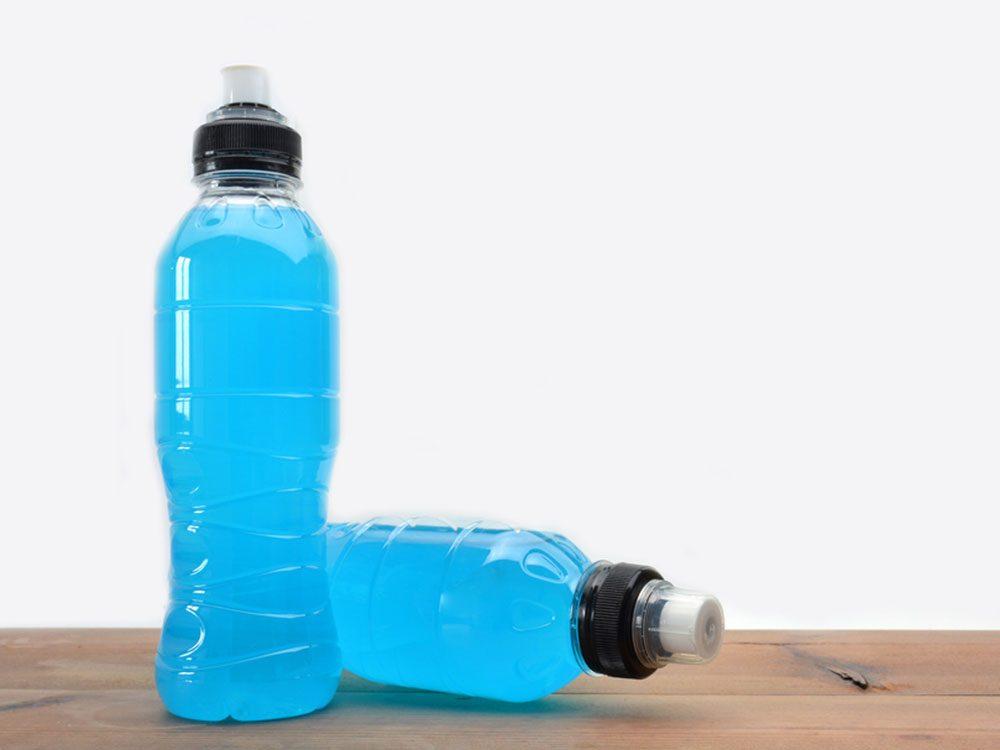 Les boissons pour sportifs font partie des aliments à éviter avant un entraînement.