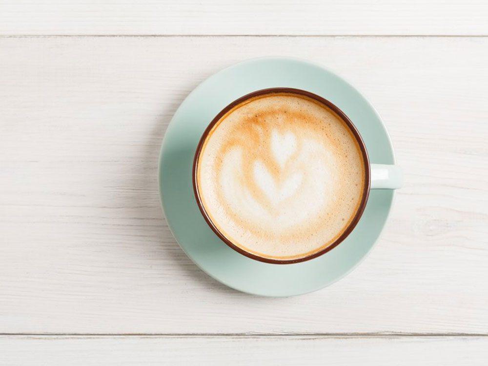 La caféine fait partie des aliments à éviter avant un entraînement.
