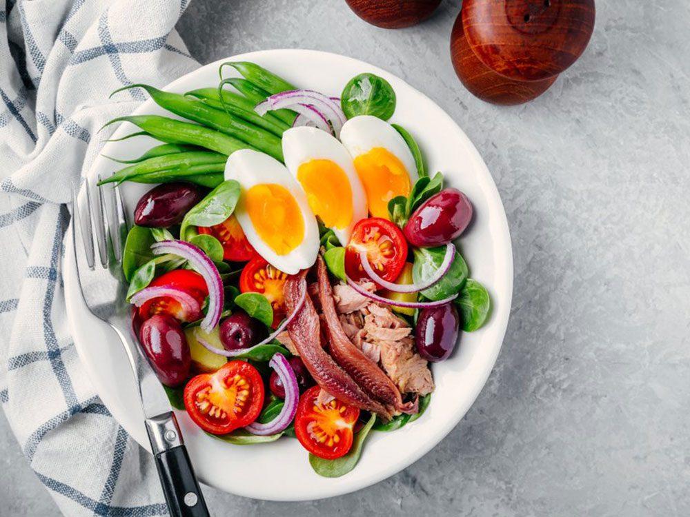 Les salades font partie des aliments à éviter avant un entraînement.