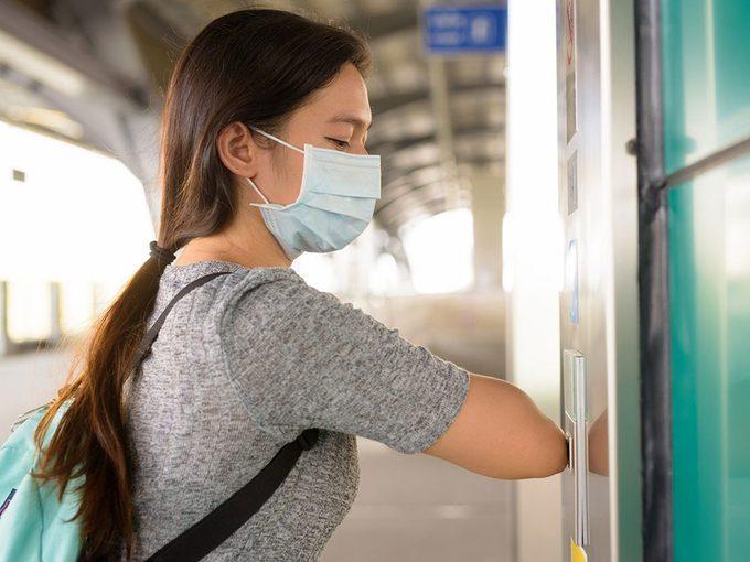 Ne touchez pas le bouton de l'ascenseur pour éviter d'attraper le coronavirus.