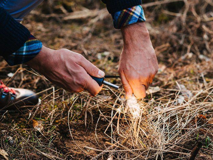 Mieux vaut savoir comment vous occuper d'un feu de camp en camping.
