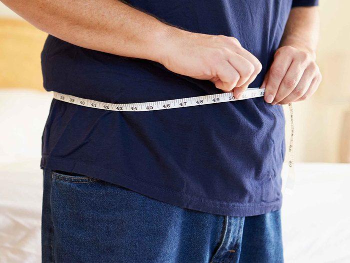 Les hommes souffrent rarement de cellulite en raison de la structure de leur peau.